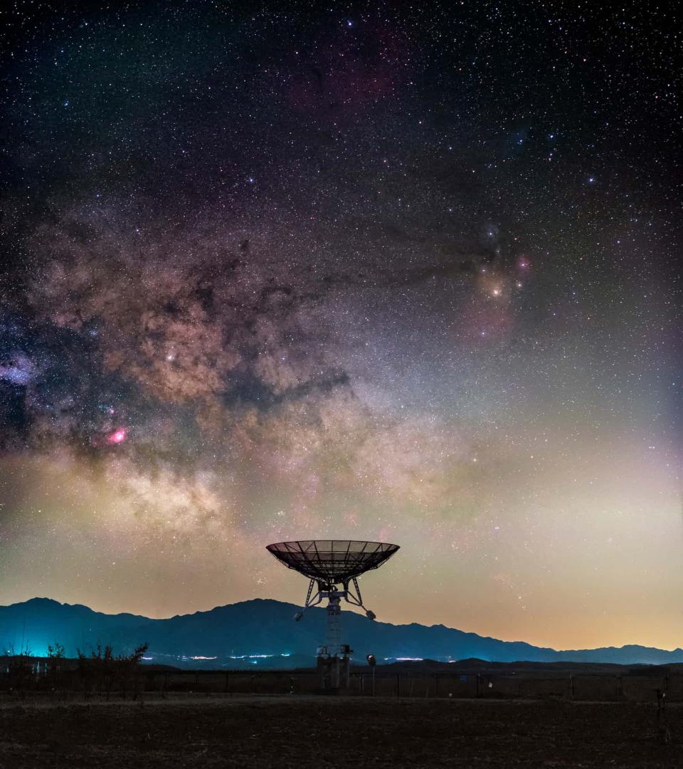 ... Dải Ngân Hà trên một kính thiên văn vô tuyến nhỏ từ một dãy lớn ở Đài Quan sát Thiên văn Quốc gia Trung Quốc, ngoại ô Bắc Kinh. Ảnh chụp bởi ...