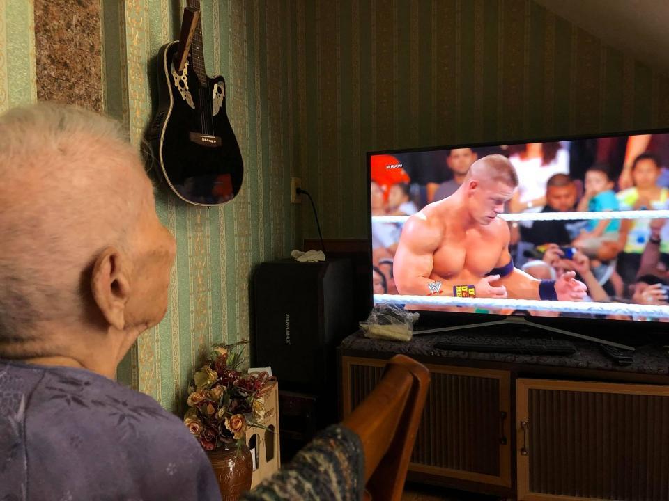 Cụ bà 98 tuổi vẫn đam mê đô vật Mỹ và thần tượng John Cena vì thấy 'bị đánh nhiều nên thương'