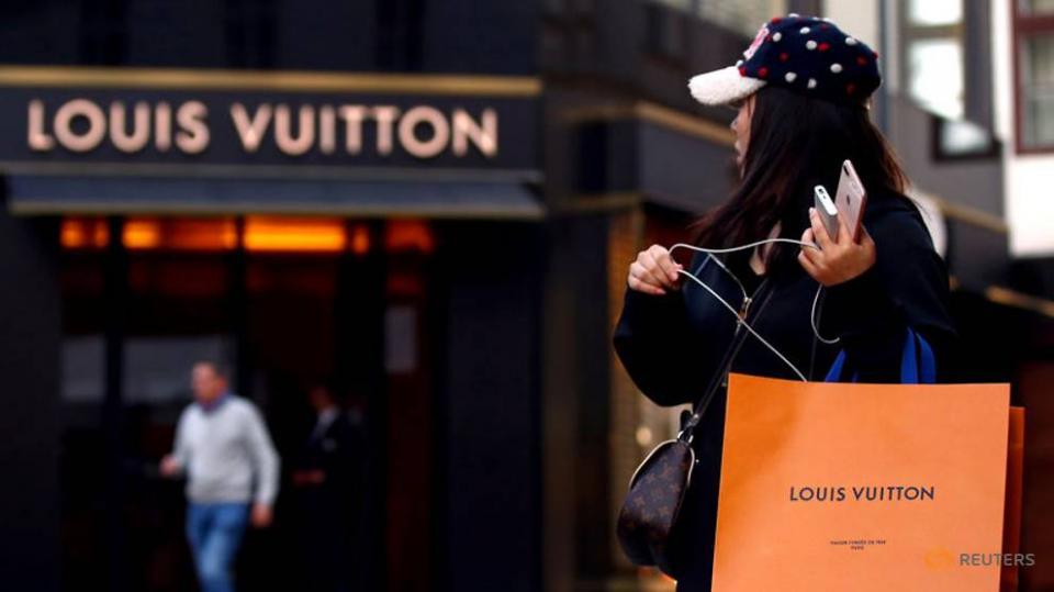 Thời đại nào rồi mà con người ta vẫn vung tiền đi mua đồ giả?