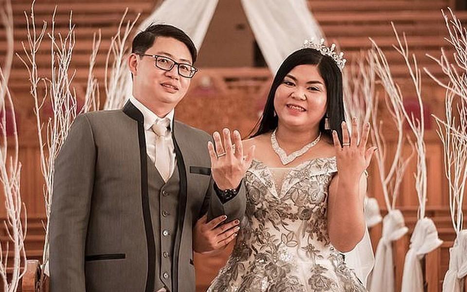 Cô dâu bật khóc nức nở khi thấy bánh cưới của mình làm từ... mút xốp