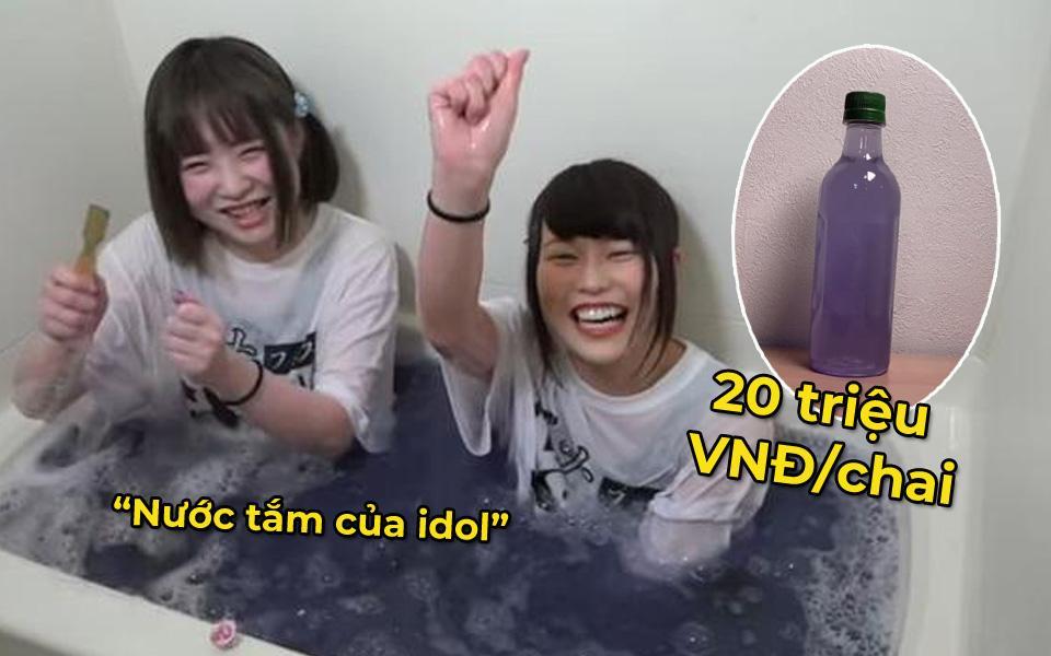 Tắm xong, nhóm nữ Nhật Bản gom nước vào chai rồi bán cho fan với mức giá 20 triệu VNĐ