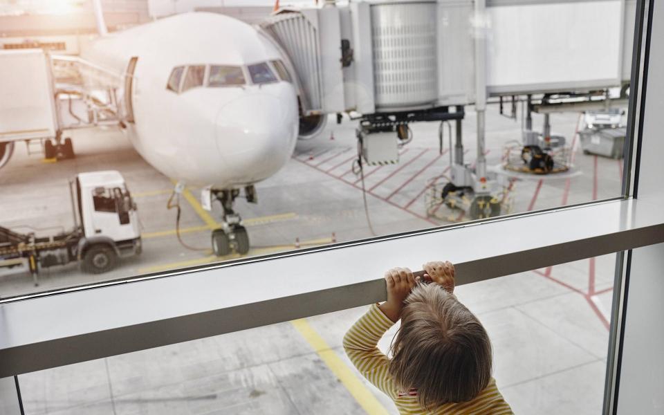 Chuyện hy hữu: Máy bay phải lộn về sân bay để đón một em bé bị mẹ bỏ quên