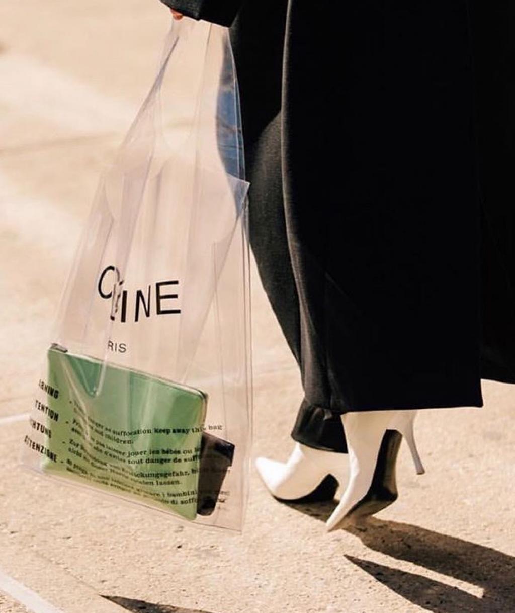 Vì sao dân tình đổ xô đi mua túi nhựa trong như túi đựng trà sữa giá 14 triệu của Celine?