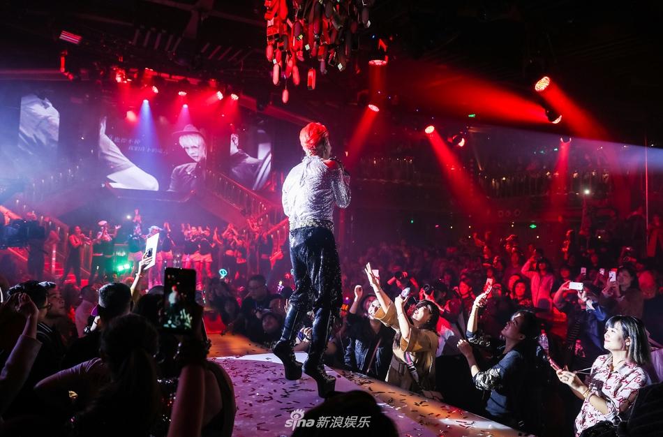 Chật vật giữa showbiz: 'Nhĩ Thái' Trần Chí Bằng vung tiền, hở nội y, hát lại hit năm xưa