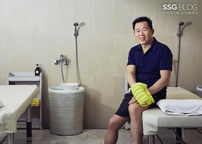 Người đàn ông Hàn kiếm gần 700 triệu đồng/tháng nhờ công việc tẩy da chết trên cơ thể người