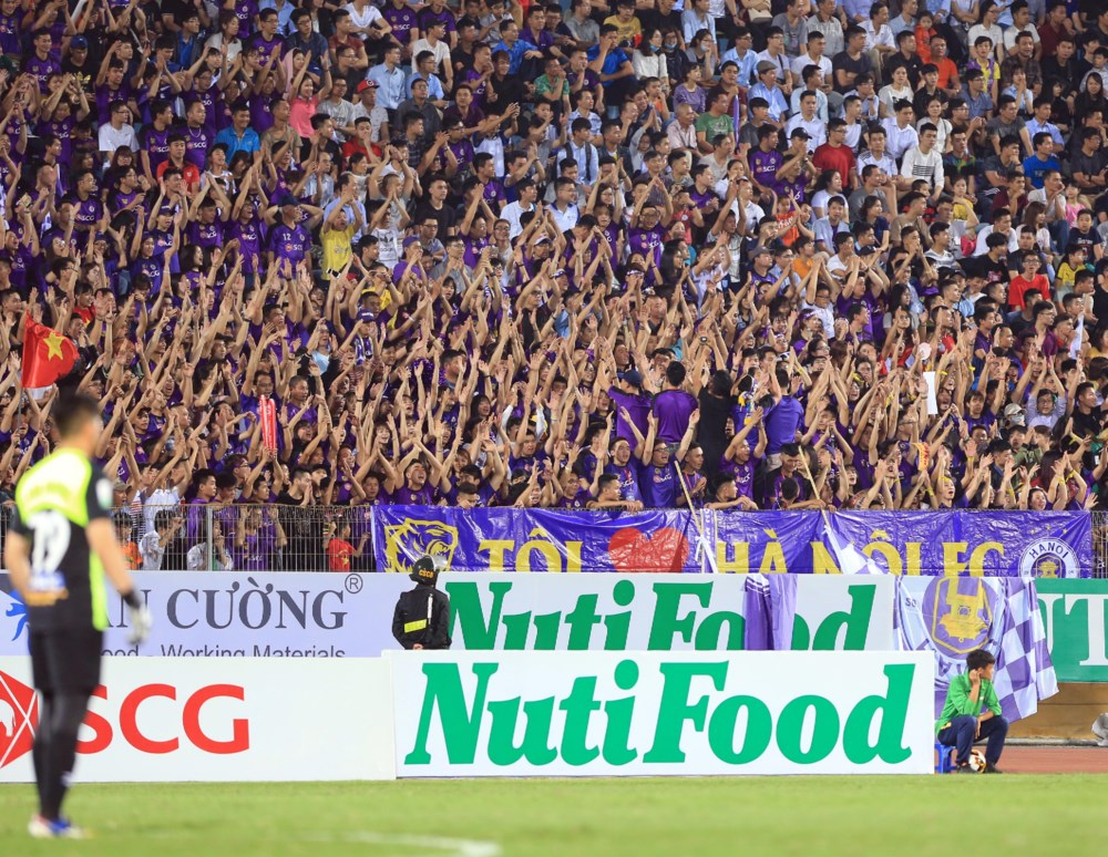 Tự sự của một 'fan phong trào U23': Bị cổ động viên nam cười nhạo, 'động chạm' trên khán đài