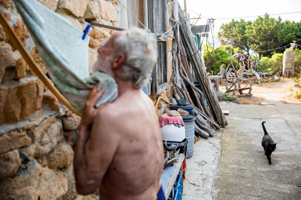 Ông lão Robinson thời hiện đại: Một mình sống trên hoang đảo 28 năm