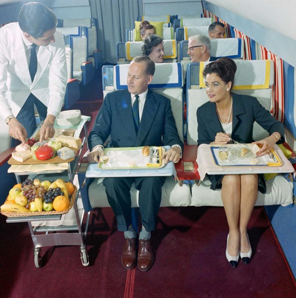 Thập niên 60, đi máy bay có gì vui hơn bây giờ?