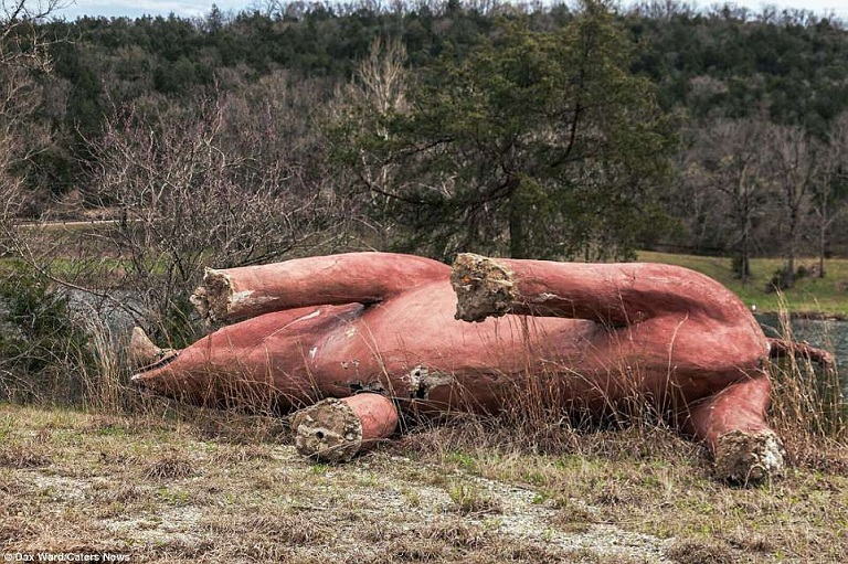 Khung cảnh rùng rợn như thời tiền sử trong công viên khủng long bị bỏ hoang 13 năm