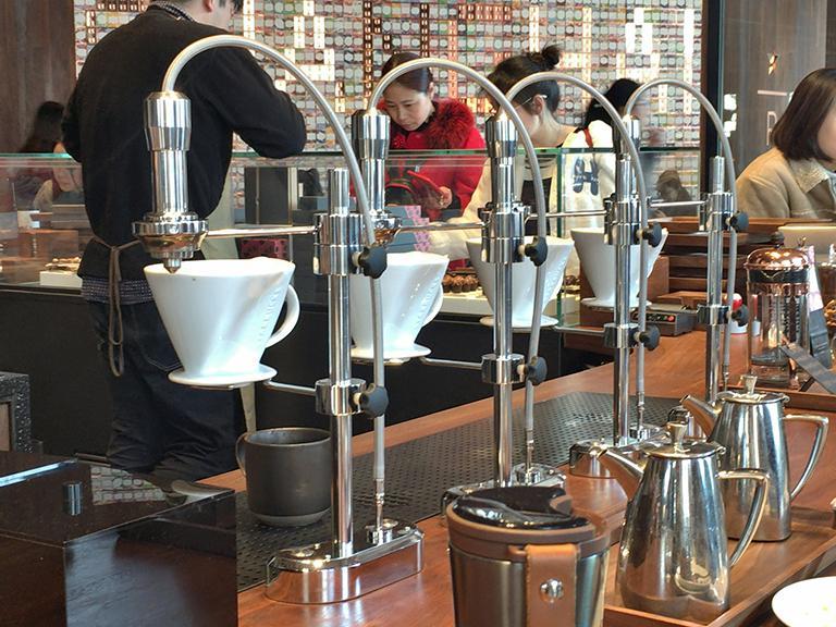 Xếp hàng 2 tiếng chỉ để được 'lạc lối' trong cửa hàng Starbucks lớn nhất thế giới
