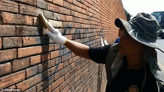 Khách du lịch đối mặt bản án 10 năm tù vì vẽ lên bức tường 800 năm tuổi