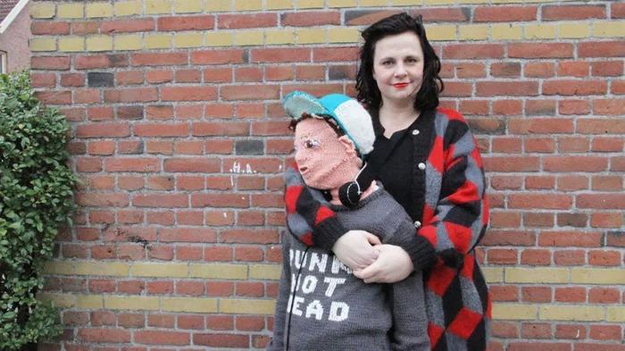 Chị gái tự đan 'con trai' bằng len vì 2 cậu quý tử người thật không thích mẹ âu yếm