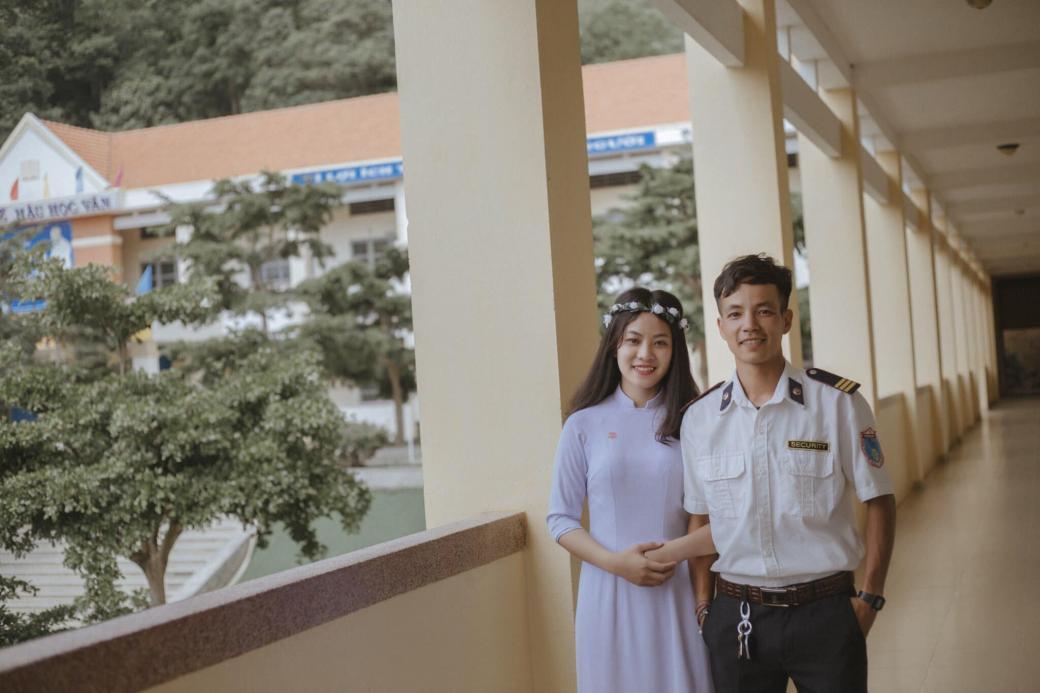 'Soái ca' bảo vệ cực đẹp trai khiến học sinh giành nhau để được chụp chung trong ảnh kỷ yếu