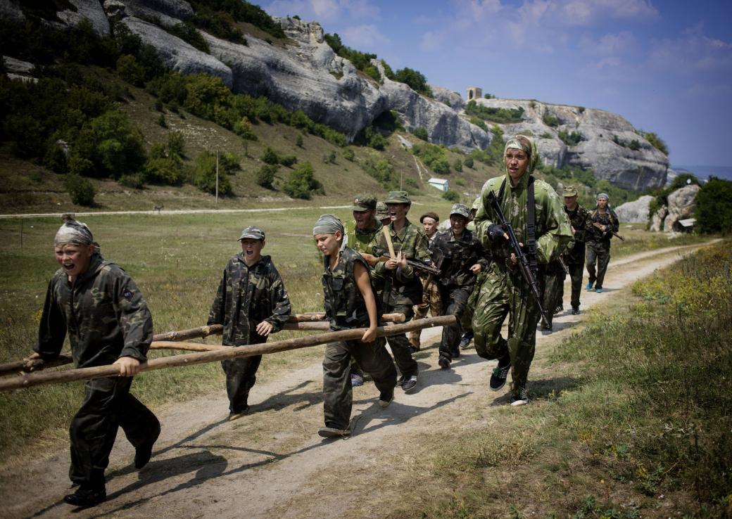 Bên trong trại hè ở Ukraina, nơi 150 trẻ em được huấn luyện để... cầm súng giết người