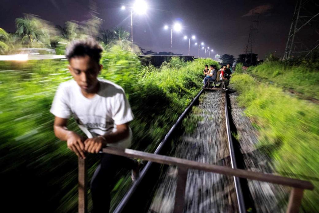 Những cậu bé liều mình đẩy xe tự chế trên đường ray ở Philippines
