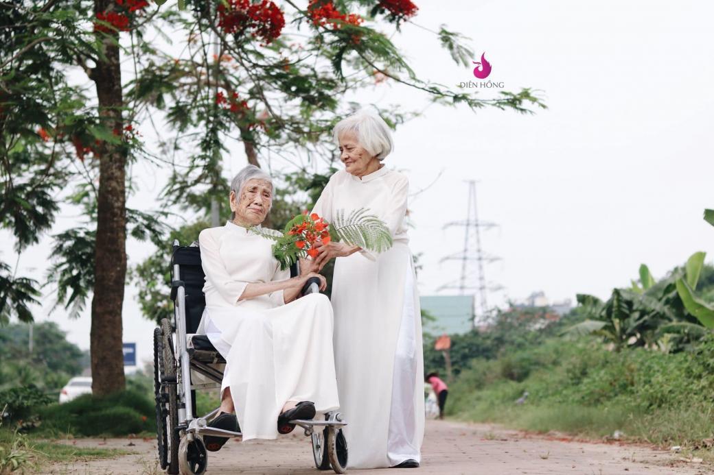 Bộ ảnh kỷ yếu của hai cụ bà trăm tuổi khiến lòng người bồi hồi nghĩ về tình bạn và thuở hoa niên