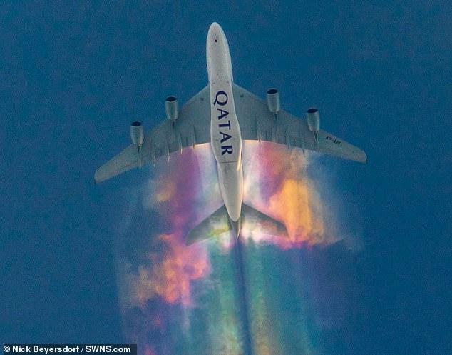 Máy bay Qatar Airways 'chơi khăm' trên bầu trời nước Đức bằng cách vẽ đám mây cầu vồng