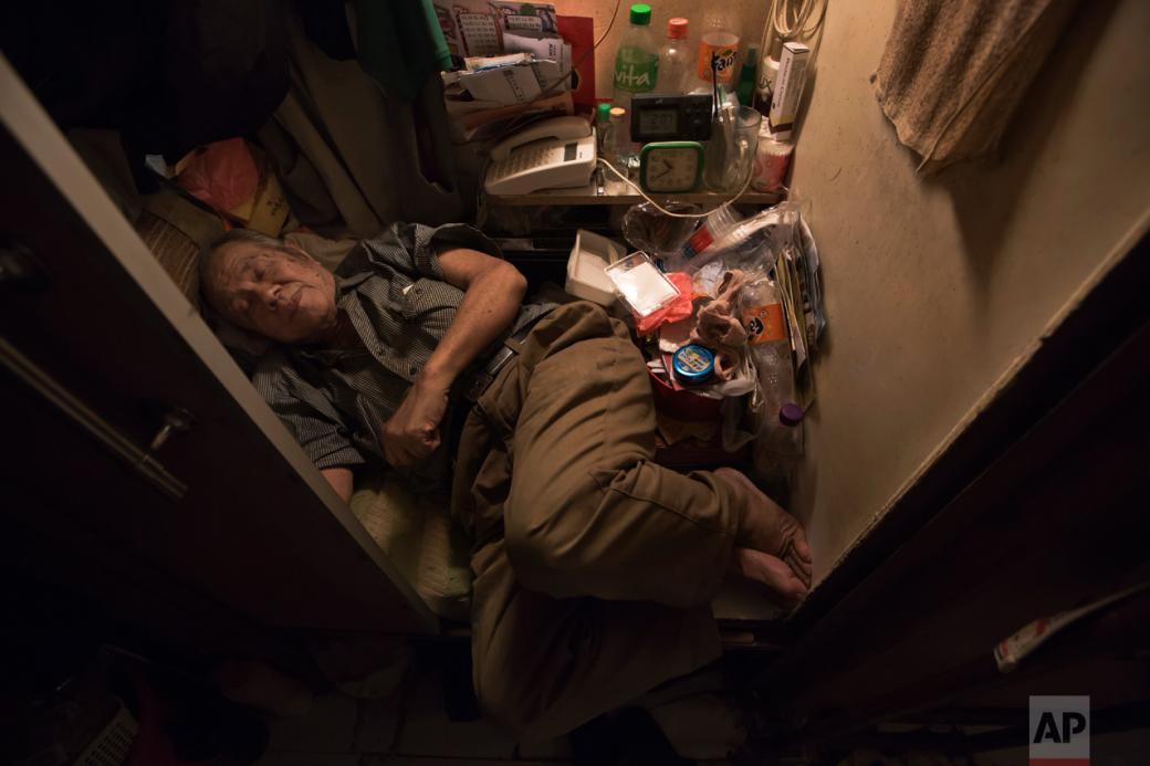 Cuộc sống trong những 'căn hộ quan tài' nhỏ bé đến mức không thể duỗi chân ở Hồng Kông