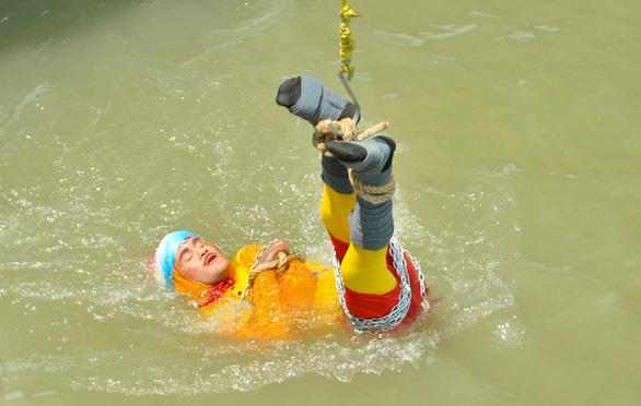 Ảo thuật gia Ấn Độ bỏ mạng dưới sông Hằng vì thất bại trong màn trình diễn thoát khỏi xiềng xích