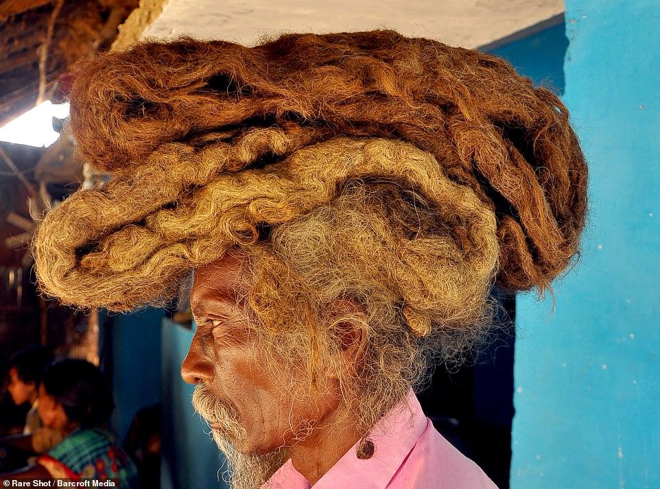 Nổi da gà với bộ tóc dreadlock không gội trong suốt 40 năm của ông già Ấn Độ