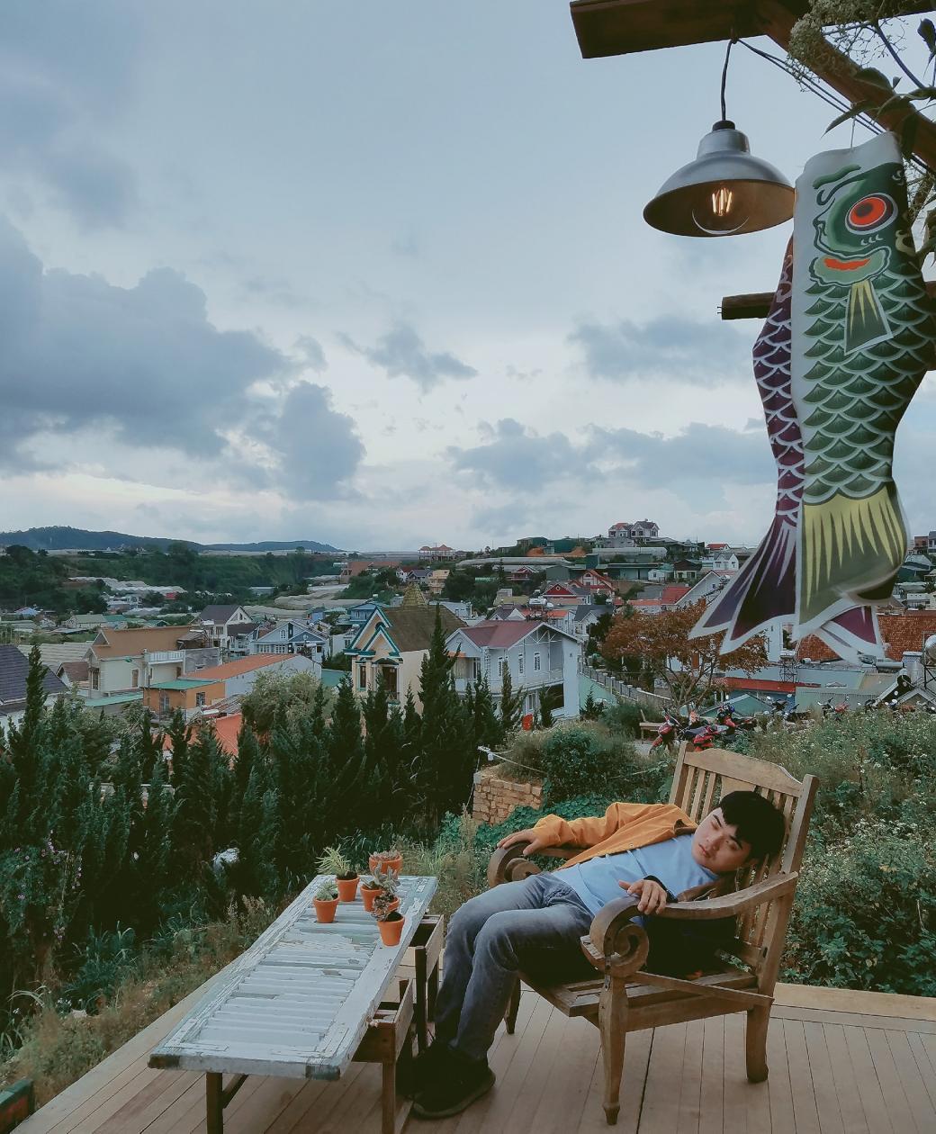Chàng trai vui tính thực hiện bộ ảnh 'ngủ khắp Đà Lạt' khiến ai xem cũng bật cười