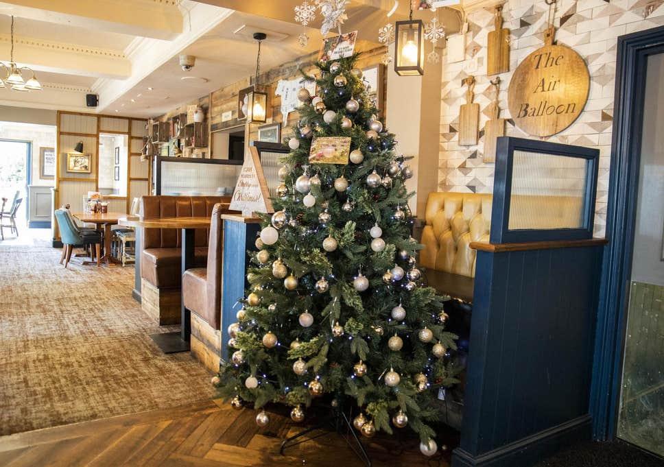 Sống chill như người Anh: Quán rượu trang trí cây thông Noel ngay giữa tháng Bảy