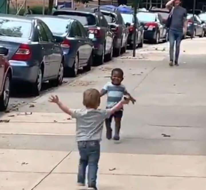 Hai cậu bé cưng nhất quả đất: Thứ 3 mới gặp, thứ 5 chạy đến ôm chầm nhau như nửa đời xa cách