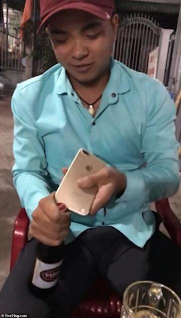 Chàng trai Việt Nam đi đời chiếc iPhone 7plus khi dùng nó để khui bia lên hẳn báo Anh và Đài Loan