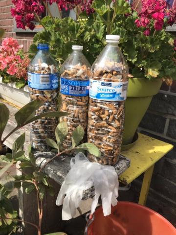 Nhiều thanh thiếu niên chia sẻ thử thách #FillTheBottle để giúp dọn sạch đầu lọc thuốc lá