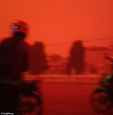Bầu trời tại Indonesia đỏ thẫm như cảnh phim kinh dị sau đợt cháy rừng kinh hoàng