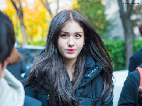 Thuyết âm mưu: Jeon Somi rời công ty vì JYP thiên vị, chọn
