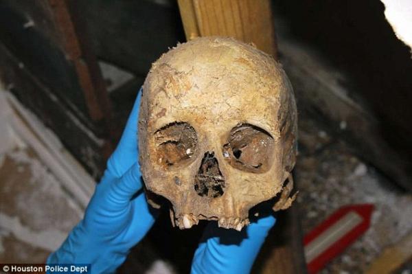 Người phụ nữ chết kẹt trong tường, khi tìm thấy chỉ còn là nắm xương tàn