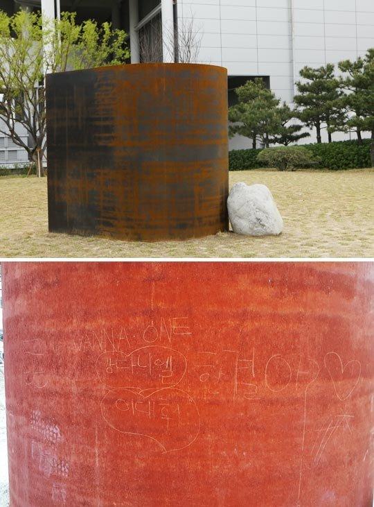 Fan cuồng Wanna One vẽ bậy lên tác phẩm trị giá 700 triệu won