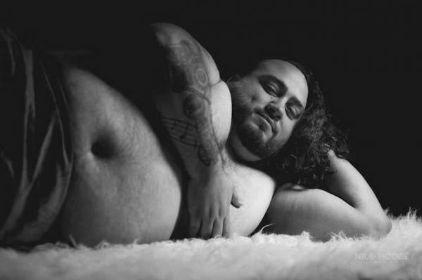 Bộ ảnh 'mang thai hộ vợ' của ông chồng đáng yêu 'nhất hệ mặt trời'