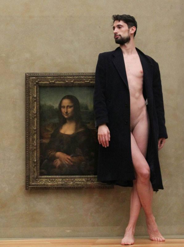 Anh chàng khỏa thân trước các tác phẩm nghệ thuật trên khắp châu Âu