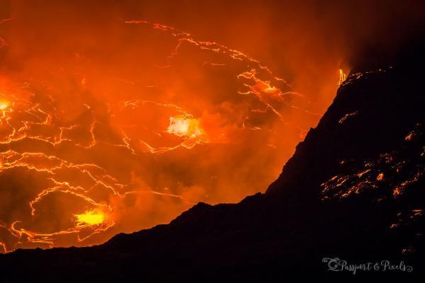 Vẻ đẹp rùng rợn như địa ngục có thật của núi lửa đang phun trào