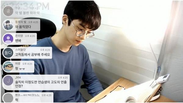 Trai đẹp Hàn Quốc bỗng dưng nổi tiếng nhờ livestream cảnh ngồi im học bài gần... 7 tiếng
