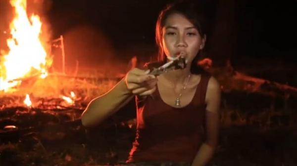 Bộ đôi kiếm tiền trên Youtube bằng cách ăn thịt động vật hoang dã
