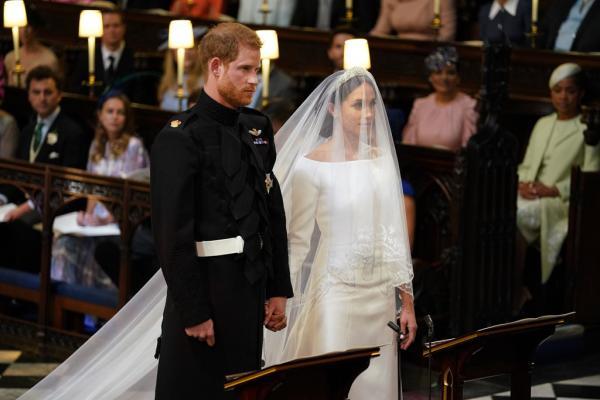 Nhà thiết kế phải rửa tay 30 phút 1 lần để thiết kế váy cưới ẩn chứa nhiều thông điệp cho Meghan Markle