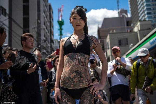 Giới Yakuza tự tin khoe hình xăm tại lễ hội mùa xuân Sanja Matsuri nổi tiếng ở Nhật