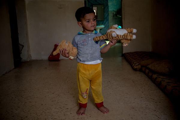 Khoảng cách giàu nghèo thể hiện qua thu nhập của bố mẹ và đồ chơi của trẻ em
