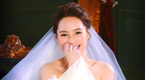 Chung Hân Đồng giàu cỡ nào trước khi lấy chồng trẻ đại gia?