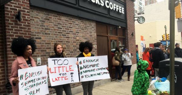 Starbucks tiếp tục đùa quá trớn khi ghi tên quốc tịch lên cốc khiến khách hàng tức giận