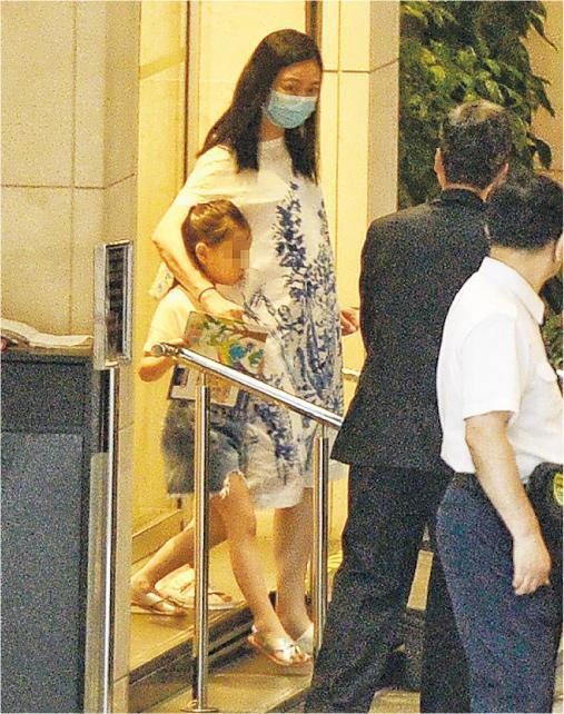 Vợ Lưu Đức Hoa bị nghi có bầu, lẽ nào 'tứ đại thiên vương' hẹn nhau U50 mới lên chức bố?