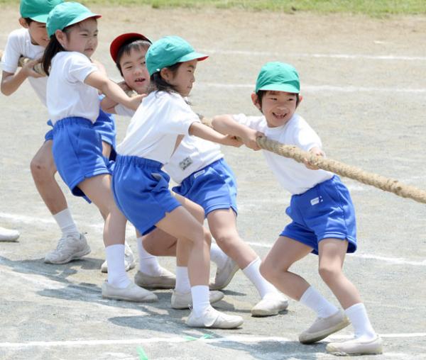 Nhiều trường tiểu học tại Nhật cấm nữ sinh mặc... đồ lót khi chơi thể thao?