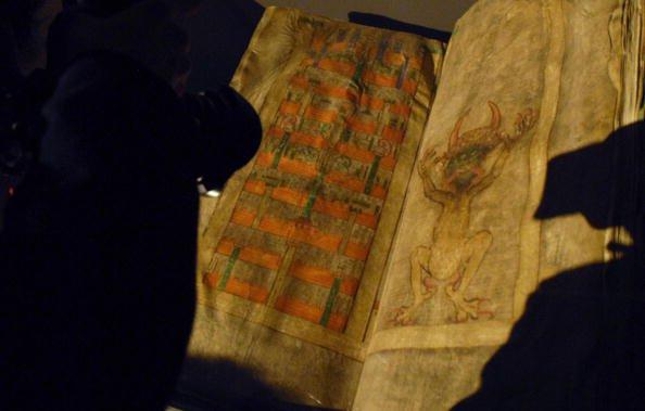 16 điều điên rồ mà người Trung cổ tin tưởng: Người tí hon sống trong tinh trùng, hắt hơi là hiện tượng tâm linh