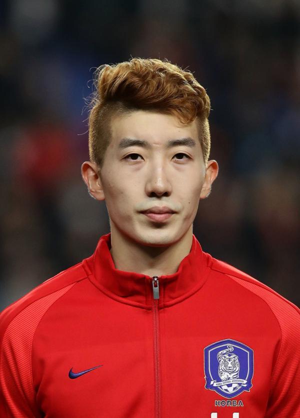 Nhờ trang điểm, thủ môn Hàn Quốc chạy 90 phút trên sân tóc vẫn vào nếp, da mặt trắng mịn không tì vết?