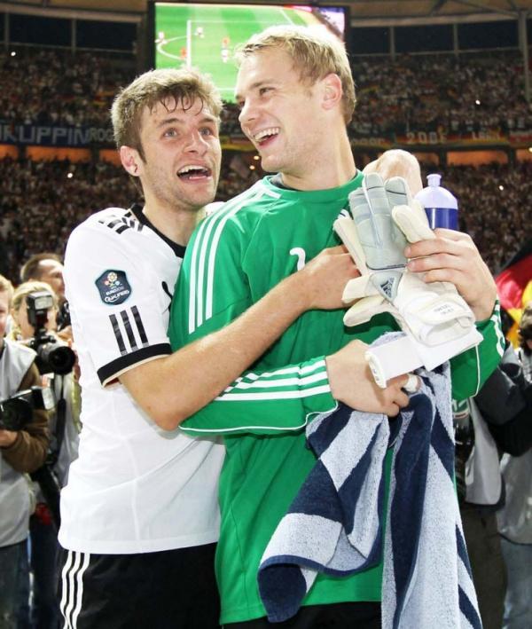 Loạt khoảnh khắc 'tình tứ ngọt ngào' trên sân cỏ giữa các cầu thủ bóng đá