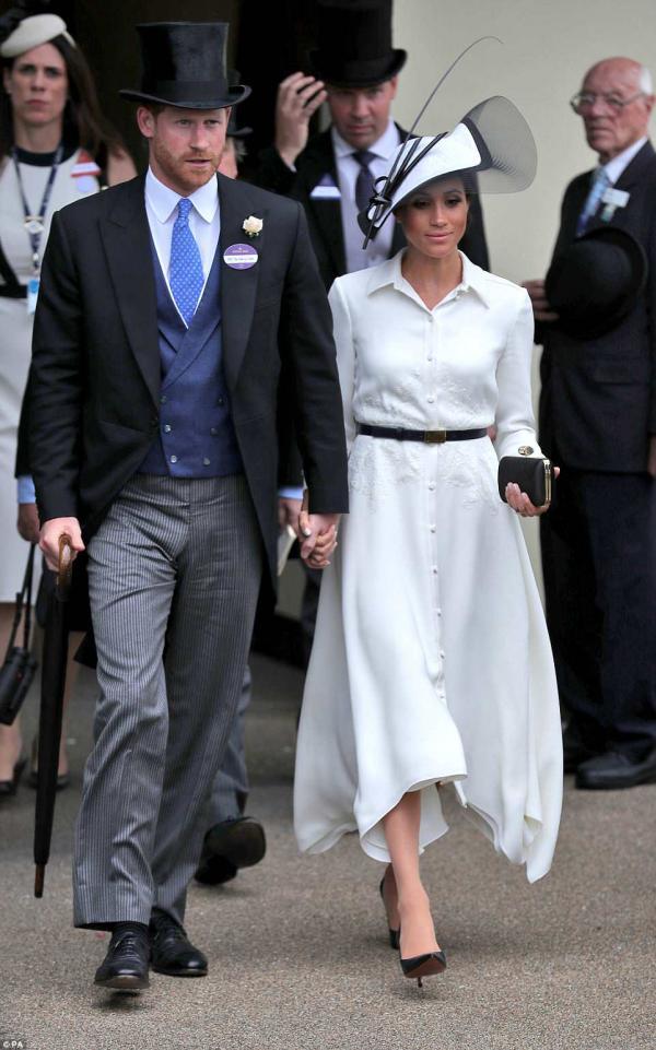 Biểu cảm ghen tuông đáng yêu của Hoàng tử Harry khi thấy 'trai lạ' hôn vợ Meghan