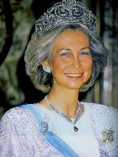 Những chiếc vương miện Hoàng gia nổi tiếng thế giới và câu chuyện đằng sau chúng